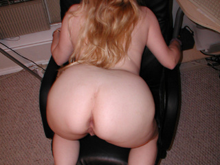 Chubby long-haired blonde mom exposes her delights - Picture 3