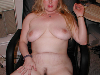 Chubby long-haired blonde mom exposes her delights - Picture 4