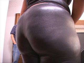 Bootylicious ebony mom showing off her treasure - Picture 4