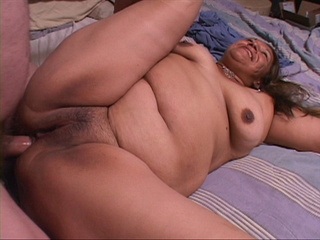 Swarthy latina mature bitch opens her back door - Picture 2