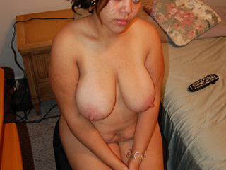 Red latina mom shows her asshole - Picture 1