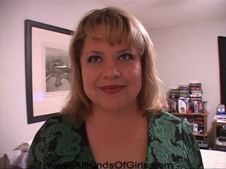 Chubby blonde housewife gives head - Picture 1