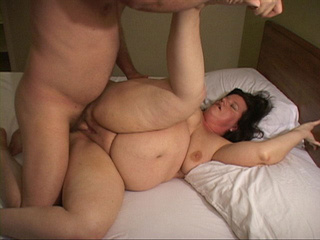 Huge brunette mature spreads her legs for assfucking - Picture 3