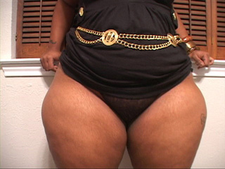 Big-butt ebony mama with blonde hair showing off - Picture 3