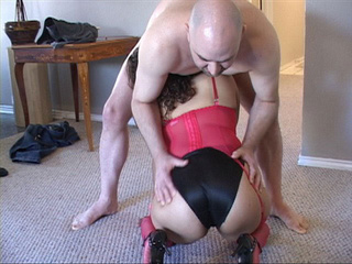 Swarthy mama in red corset and stockings blows cock - Picture 4