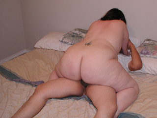 Chubby brunette mom in lace panties - Picture 2