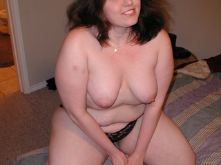 Chubby brunette mom in lace panties - Picture 3