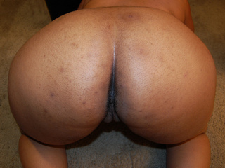 Ponytailed fat ass black mom showing gaping pooper - Picture 2