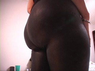 Red housewife in leggings exposing her plump body - Picture 3