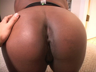 Ebony mama showing off her huge titties - Picture 4