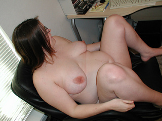 Chubby bitch in glasses waiting for anal sex - Picture 4