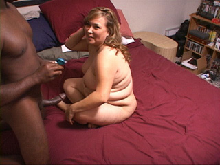 Black dude handling chubby fair-headed housewife - Picture 1