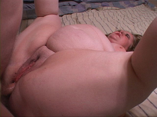 Fat old bitch spreads her legs to take a dick into her - Picture 4