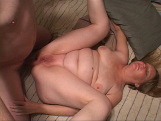 Chubby mom riding cock screwed into her ass - Picture 2