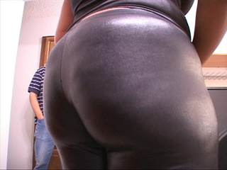 Bootylicious black mama in leggings presents her - Picture 4
