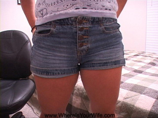 Hot looking mama in hot shorts showing off her - Picture 2