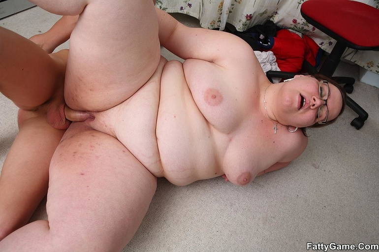 Slim guy finger pussy of fat lady before dropping her on - Picture 15