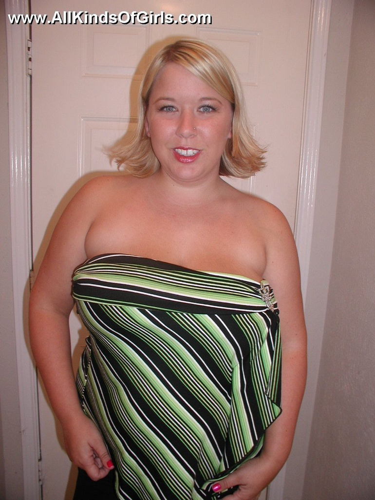Sexy blonde bbw wife exposing her soft naked body in the - Picture 1