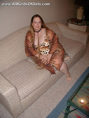 Leashed super fat milf spreading her legs and flashing - Picture 2