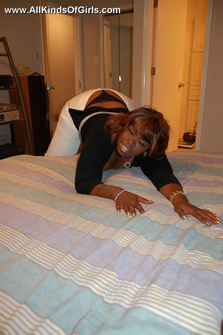 Naked black chubby housewife opens her ass cheeks to - Picture 4