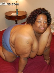 Check out enormous ebony mom stips naked in her bedroom. - Picture 9