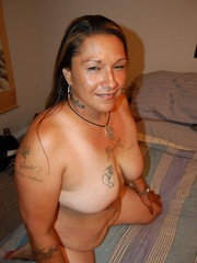 Mature BBW mexican wife exposing her naked tattoed body - Picture 11