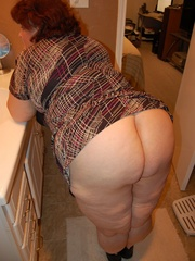 Mature fat mom spreading her ass cheeks and pussy lips - Picture 2