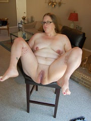Horny mature fat mom took off her panties and exposes - Picture 8