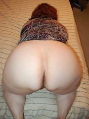 Mature fat mom spreading her ass cheeks and pussy lips - Picture 4