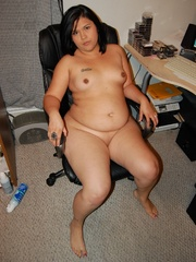 Filipina BBW milf spreading just to expose her sweet wet - Picture 6