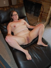 Horny mature fat mom took off her panties and exposes - Picture 10