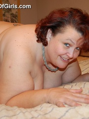 Mature fat mom spreading her ass cheeks and pussy lips - Picture 6