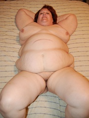Mature fat mom spreading her ass cheeks and pussy lips - Picture 8