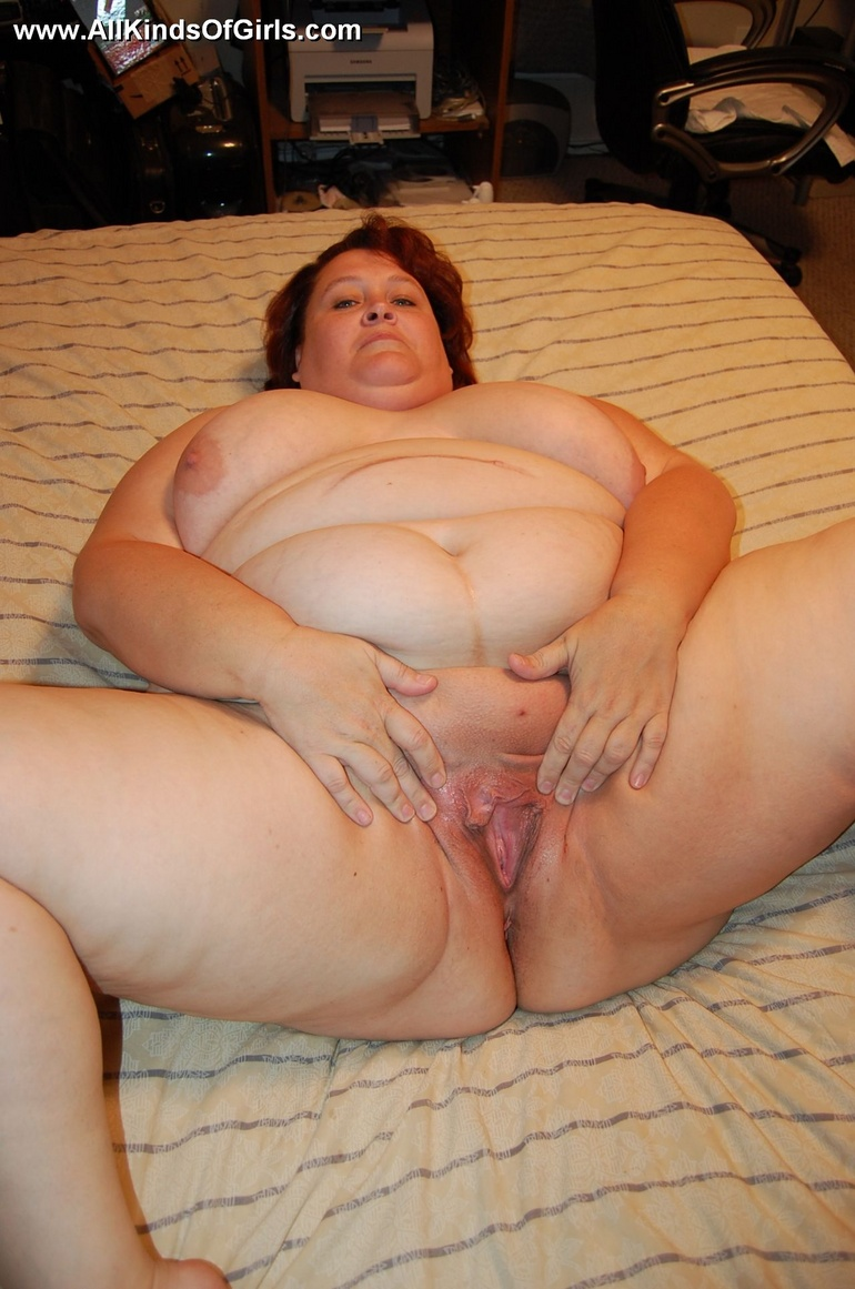 Mature fat mom spreading her ass cheeks and pussy lips - Picture 12