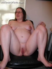 Young pregnant fatty spread her legs on the chair to - Picture 4