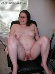 Young pregnant fatty spread her legs on the chair to - Picture 5