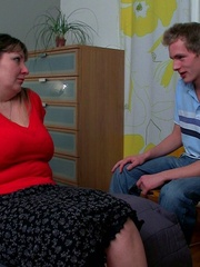 The slender young guy gets naked with the BBW in bed and - Picture 2