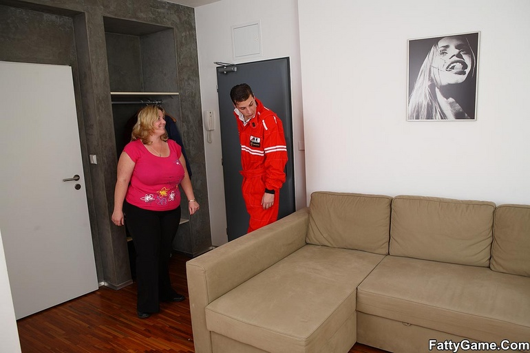 The car mechanic gets a reward for working on her - Picture 2
