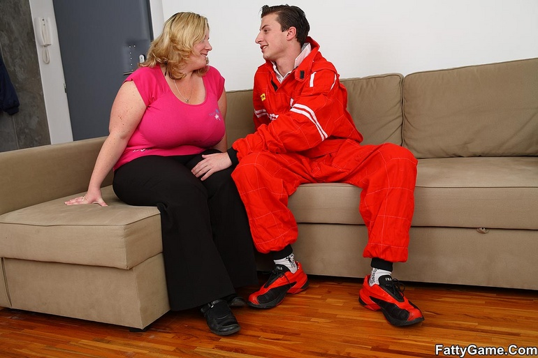 The car mechanic gets a reward for working on her - Picture 3