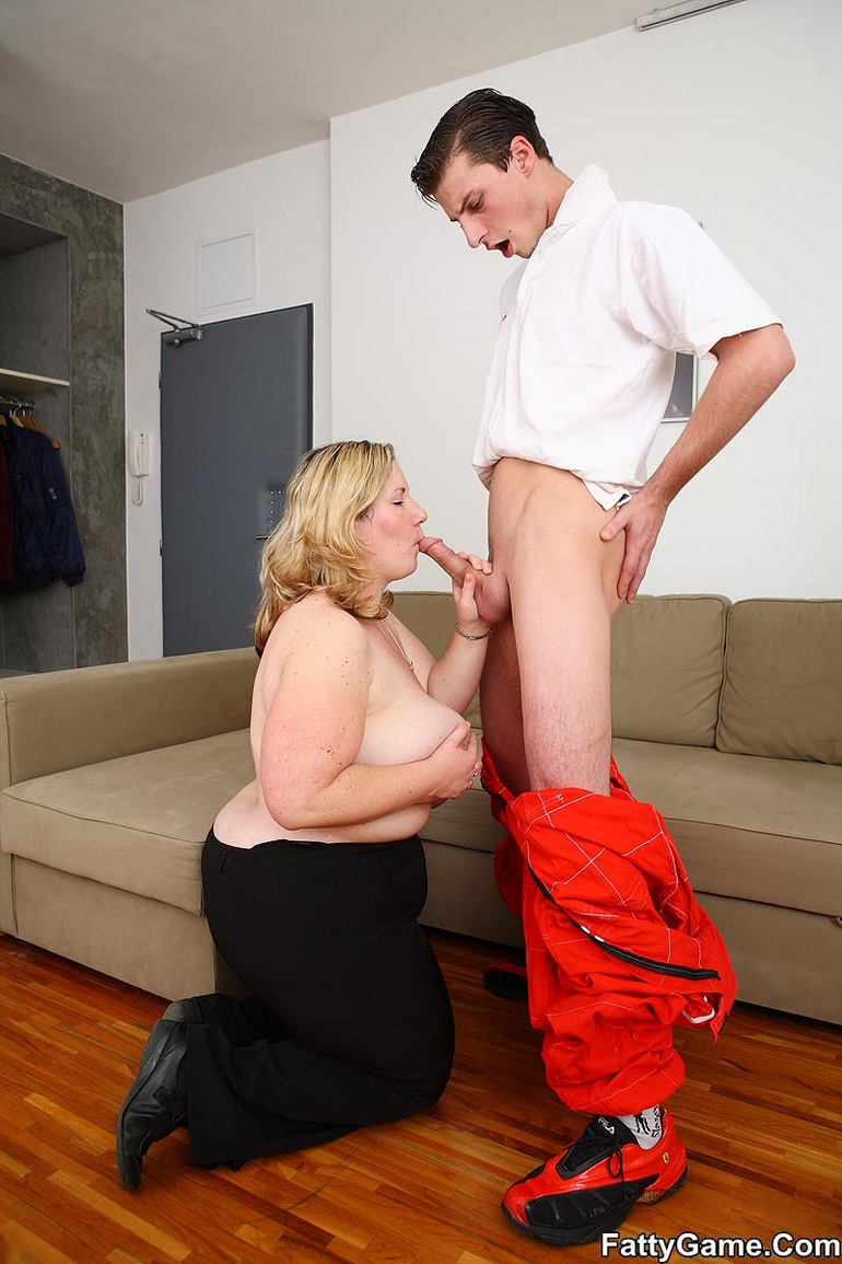 The car mechanic gets a reward for working on her - Picture 8
