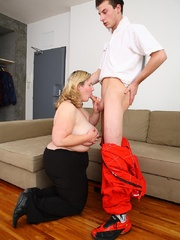 The fatty blows the mechanic and he does her from behind - Picture 5