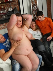 The BBW lets him undress her and in front of her friends - Picture 7