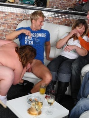 The BBW lets him undress her and in front of her friends - Picture 8