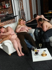 The BBW lets him undress her and in front of her friends - Picture 10