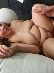 The BBW lets him undress her and in front of her friends - Picture 11