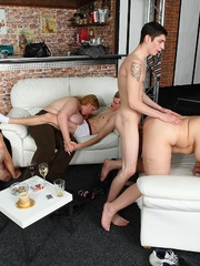 The BBW lets him undress her and in front of her friends - Picture 16