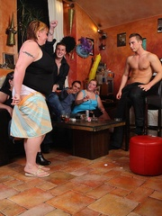 BBW babes get together with the guys at a pub and they - Picture 5
