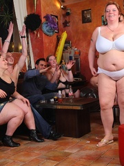 BBW babes get together with the guys at a pub and they - Picture 7
