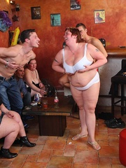 BBW babes get together with the guys at a pub and they - Picture 9
