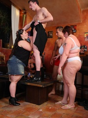 BBW babes get together with the guys at a pub and they - Picture 11